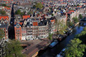 アムステルダムをデートするカップルを尾行